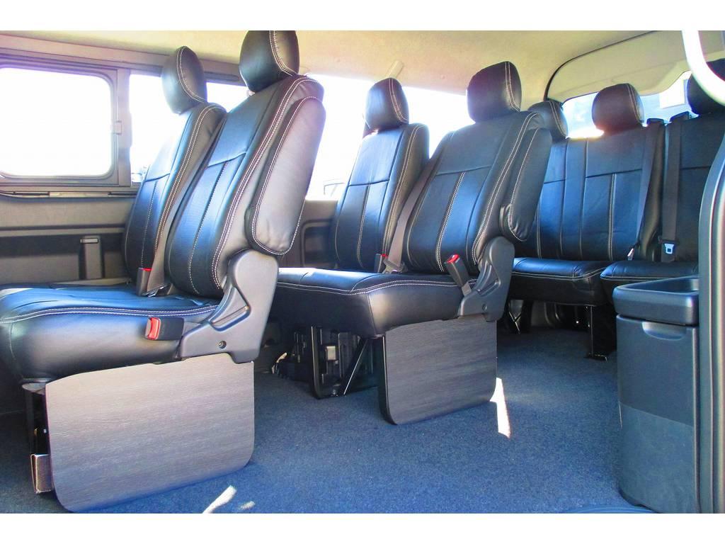 後席にももちろん黒革調シートカバーを装着!さらにフレックスオリジナルフットパネルも装着!お洒落な室内になっておりますねっ♪ | トヨタ ハイエース 2.7 GL ロング ミドルルーフ Heartsフルエアロトリプルモニター