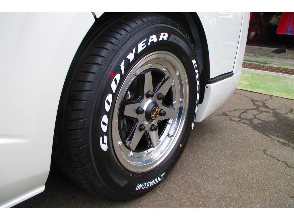 足元をキメるのはファブレスXR-6・16インチアルミとナスカーホワイトレタータイヤ!往年の街道レーサーファンにはたまらない一品です!!!旧車テイストをハイエースにプラス♪