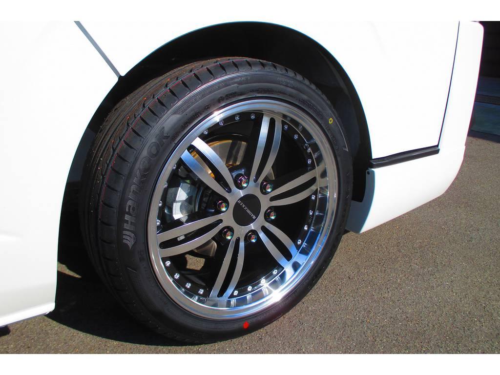足元をキメるのは415コブラの新作アルミホイール!バッドラッカー24P・18インチです!リム付きでカッコいいですねっ♪ちなみに24Pはトゥエンティフォーポイントと呼ぶらしいです♪ | トヨタ ハイエースバン 2.0 スーパーGL ロング ナビレコカスタムパッケージ車