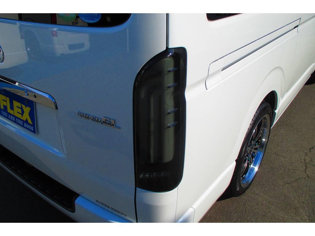 LEDテールもこだわりのバレンティREVOテールをインストール!ウィンカーが流れるので目立ちますよっ♪品薄状態が続くテールランプですよっ♪ | トヨタ ハイエースバン 2.0 スーパーGL ロング ナビレコカスタムパッケージ車