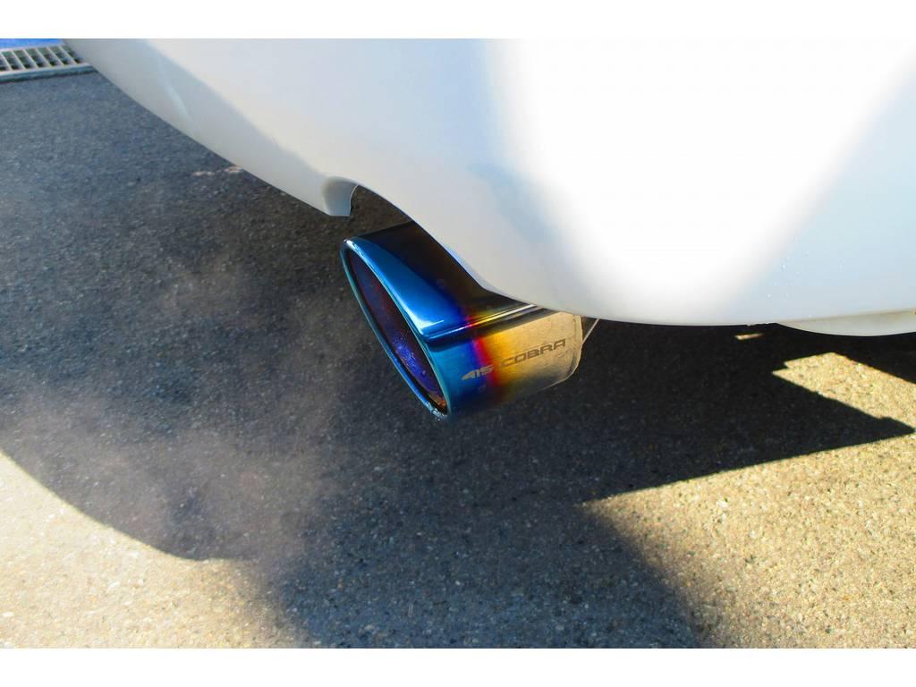 マフラーカッターは415コブラヒートルージュマフラーカッターを装着!リヤエンドの迫力が増してカッコいいのとチタンの灼け色を再現したカラーが美しいです!!! | トヨタ ハイエースバン 2.0 スーパーGL ロング ナビレコカスタムパッケージ車