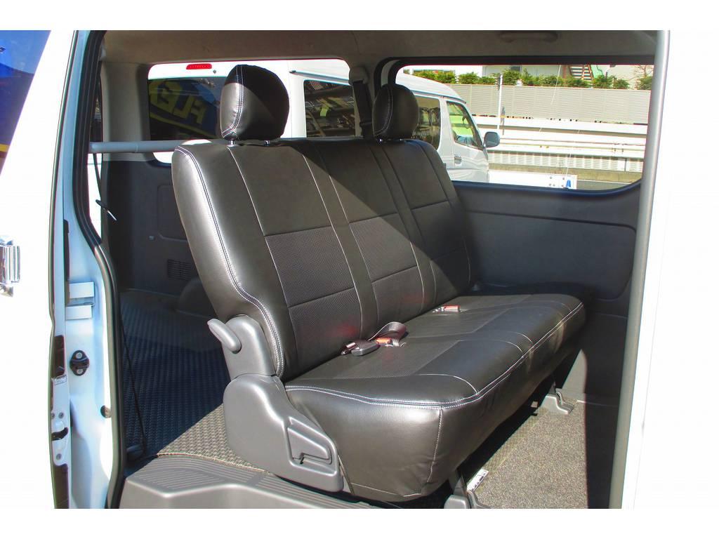 セカンドシートにももちろん装着♪FLEX製だからフィッティングもバッチリです!お手入れも簡単なのが良いですねっ!!! | トヨタ ハイエースバン 2.0 スーパーGL ロング ナビレコカスタムパッケージ車