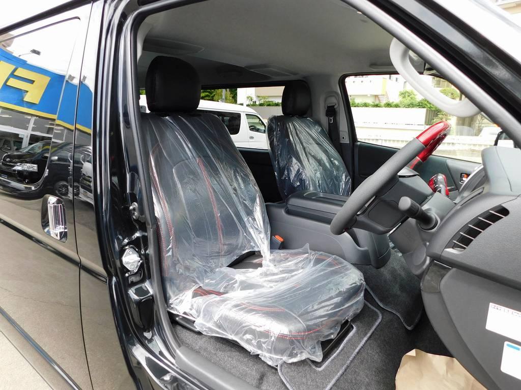 ハイエースカスタムには欠かせない黒革調シートカバーはもちろん装着済みです♪赤いステッチがアクセントになっていてお洒落ですねっ♪ | トヨタ ハイエースバン 2.8 スーパーGL ロング ディーゼルターボ ナビパッケージ車