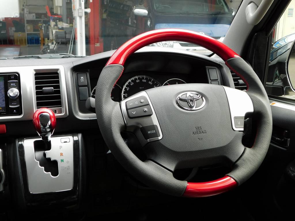 ステアリングとシフトノブは個性的なラディアンレッドに換装済み!希少な絶版品ですよっ♪ | トヨタ ハイエースバン 2.8 スーパーGL ロング ディーゼルターボ ナビパッケージ車