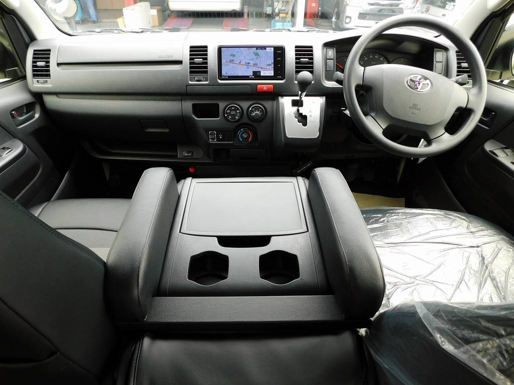 働く男の仕事場です!座面も高く運転も楽チンですよっ♪シンプルですが使いやすい配置となっております♪ | トヨタ ハイエースバン 2.0 DX ロング 男気仕様七号機