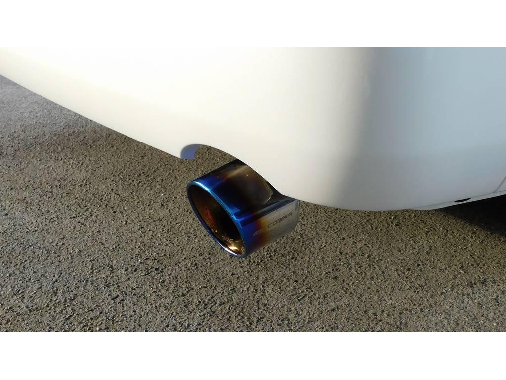 リヤビューを引き締めるのは415コブラヒートルージュマフラーカッターです!チタン風の灼け色がカッコいいですねっ♪ | トヨタ ハイエース 2.7 GL ロング ミドルルーフ 内装架装R1