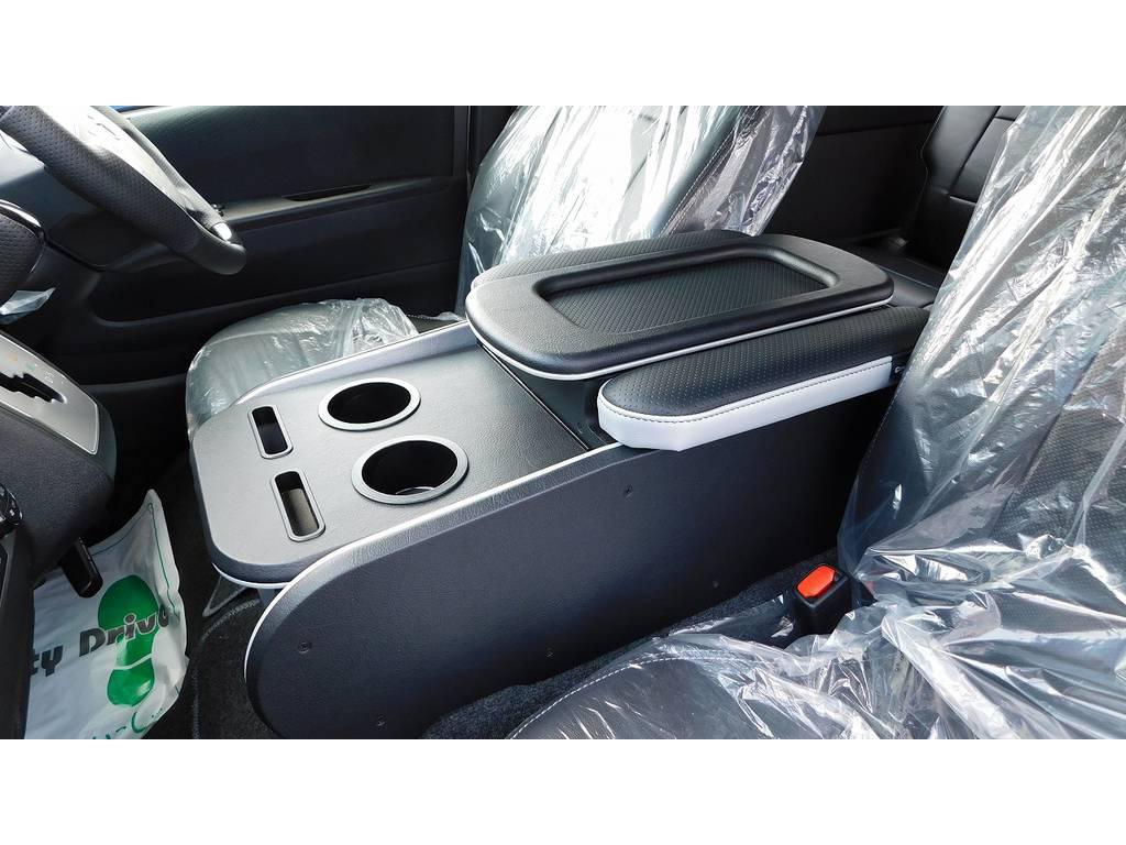 センターコンソールはクラフトプラス製へ換装済み!ドリンクホルダーとひじ掛けがついて便利ですよっ!手作りで作成される質感は間違いない一品ですよっ♪車体に合わせてシルバーをチョイス♪ | トヨタ ハイエースバン 2.0 スーパーGL ロング フローティングナビパッケージ