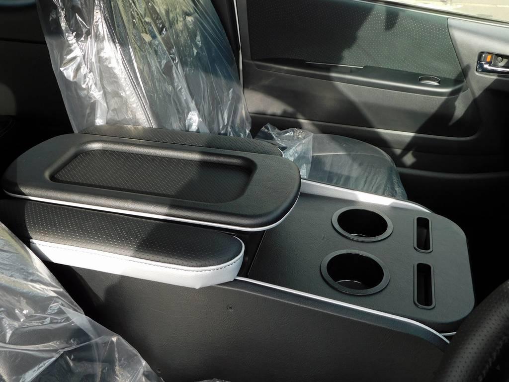 センターコンソールはクラフトプラス製を装着!ひじ掛けとドリンクホルダーは本当に使いやすいです!品質は折り紙付きですよっ♪ | トヨタ ハイエースバン 2.0 スーパーGL ロング フローティングナビパッケージ