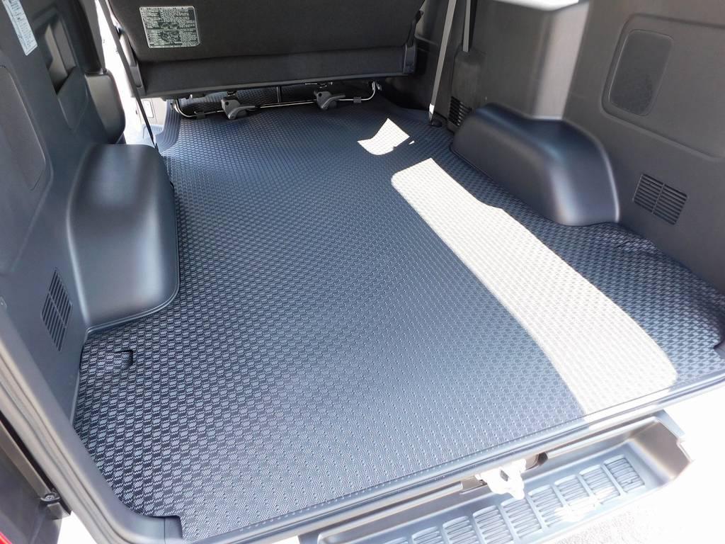 ラゲッジスペースにはラバーカーゴマットを装着!荷物が滑らず大変便利ですよっ♪ | トヨタ ハイエースバン 2.0 スーパーGL ダークプライム ロングボディ ダークプライムカスタム