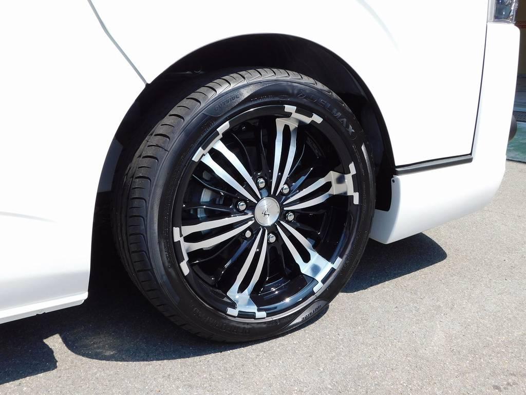 足元をキメるのはシルクブレイズの新作ジュネスグランブレイド18インチを装着!武骨なデザインと深リムがカッコいいですねっ♪ | トヨタ ハイエースバン 2.0 スーパーGL ダークプライム ロングボディ ダークプライムカスタム