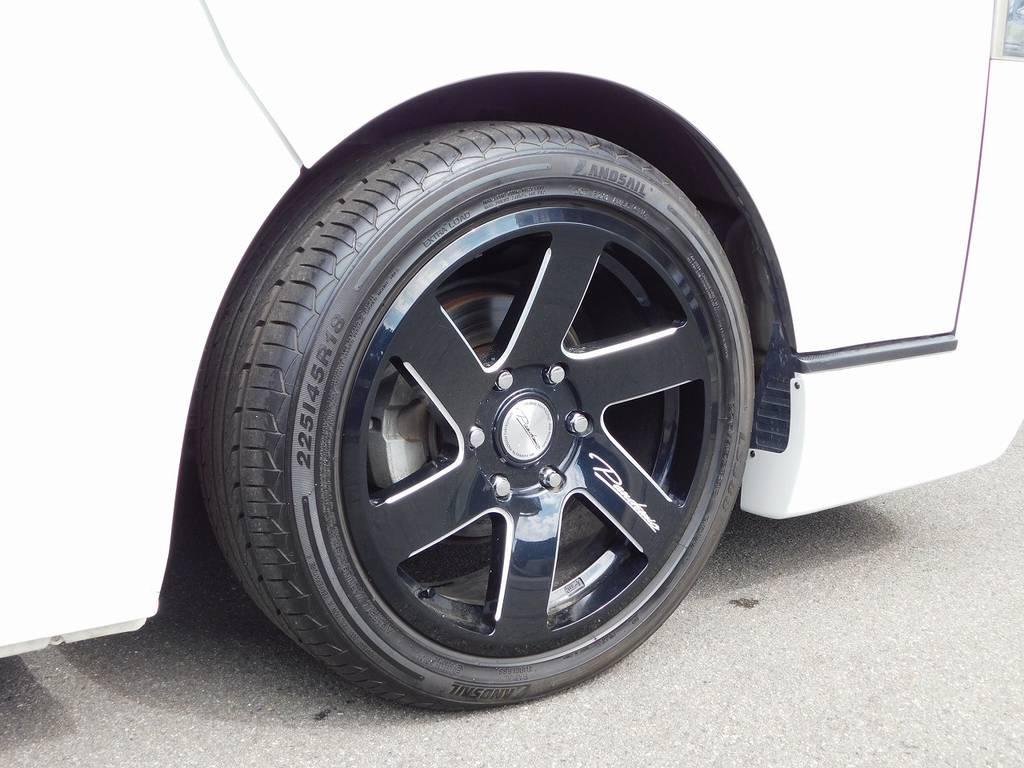 足元をキメるのはファブレスLF-6・18インチ!タイヤはバリ山!パールボディとの相性もグッドですねっ! | トヨタ ハイエースバン 2.0 スーパーGL ロング カスタムパッケージ