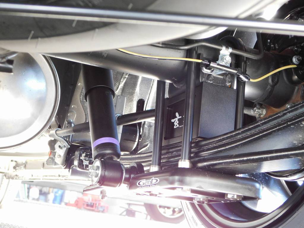 ブロックキットは玄武製!ダウンアシストブラケット装着の超薄型設計で地上高もしっかり確保されてます! | トヨタ ハイエースバン 2.0 スーパーGL ロング 漆黒のレーシングカスタム