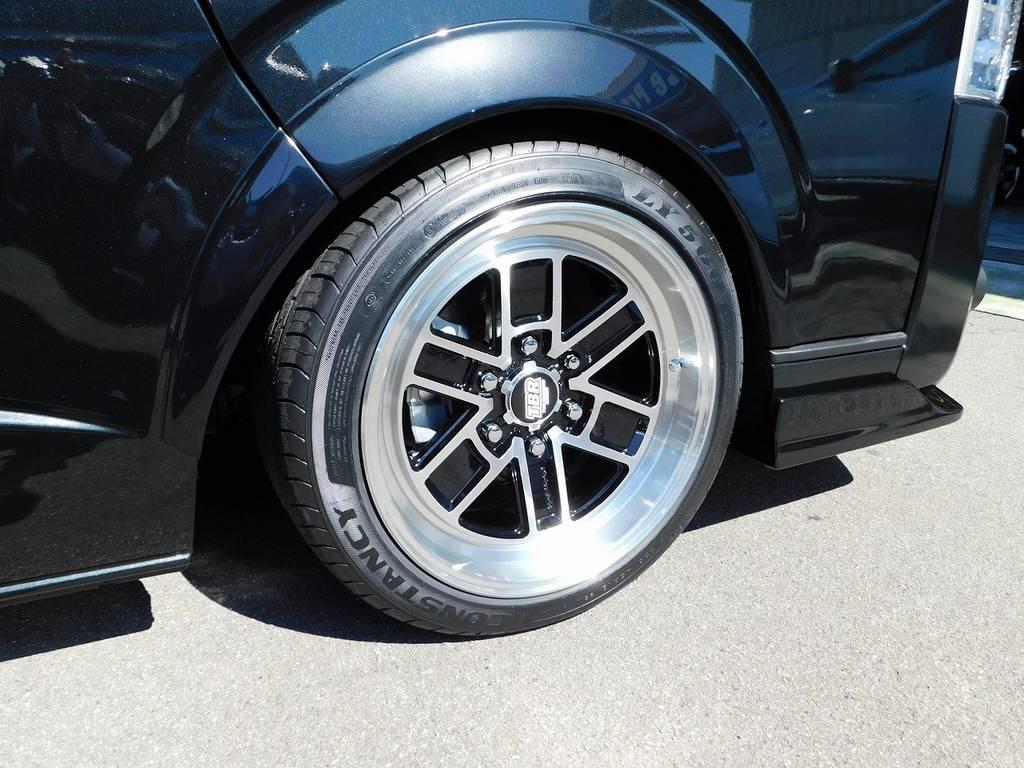 足元をキメるのはRAYS製TBR18インチを装着!9Jが見せるこの深リム!ハイエースにバッチリ似合いますね♪ | トヨタ ハイエースバン 2.0 スーパーGL ロング 漆黒のレーシングカスタム