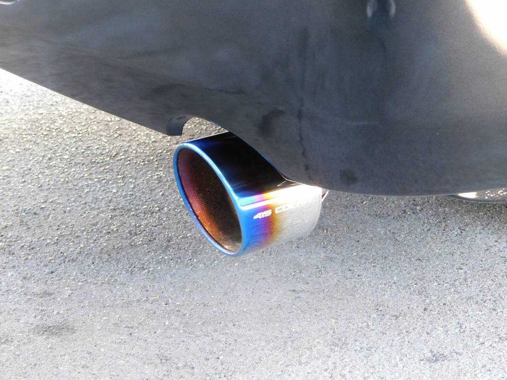 マフラーカッターは415コブラのヒートルージュマフラーカッターを装着!チタンカラーの灼け色が美しいですねっ♪ | トヨタ ハイエースバン 2.0 スーパーGL ロング 漆黒のレーシングカスタム