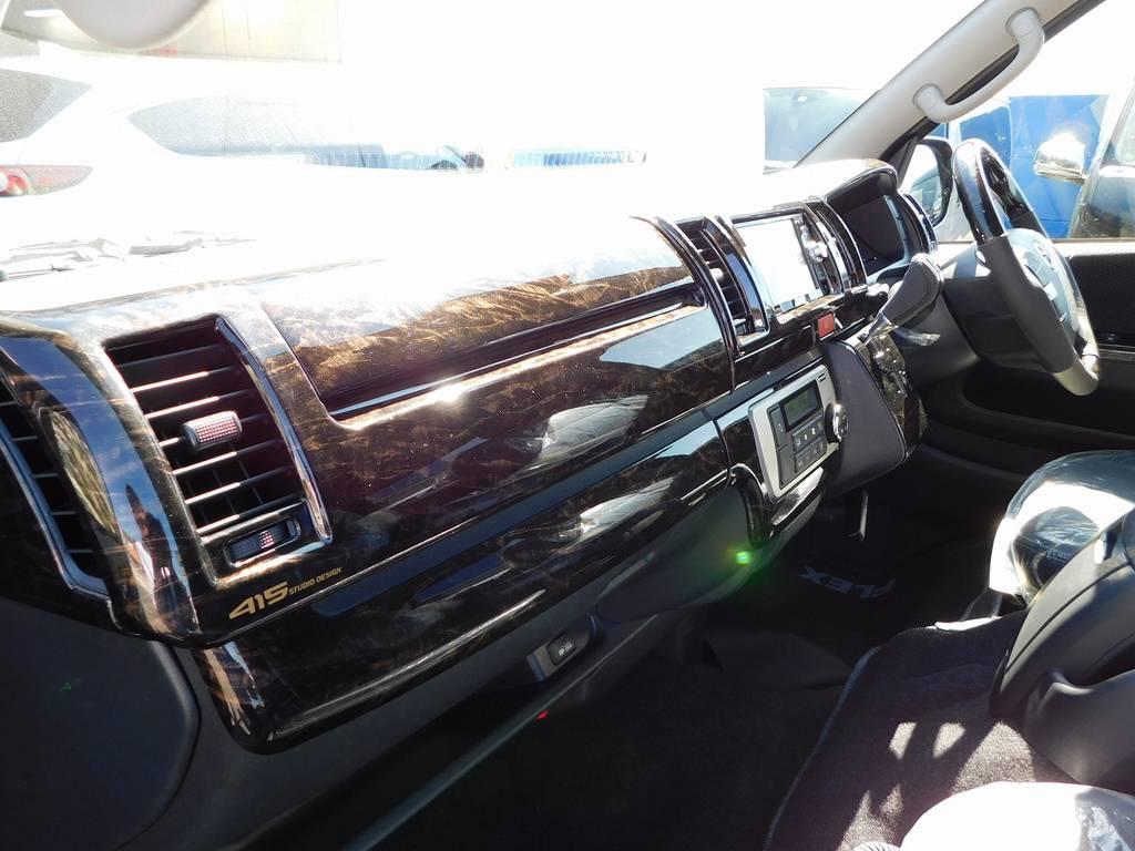 この美しいマホガニー調のパネル!純正の安物感が完全に払しょくされてますねっ♪高級感が違います!!! | トヨタ ハイエースバン 2.0 スーパーGL ロング 漆黒のレーシングカスタム