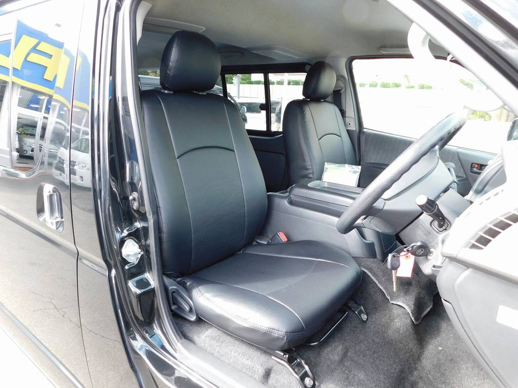 ハイエースカスタムには欠かせない黒革調シートカバーはもちろん装着済み!しかも新品ですよぉ♪高級感が全然ちがいますねっ♪ | トヨタ レジアスエース 2.0 スーパーGL ロングボディ ブラックカスタム
