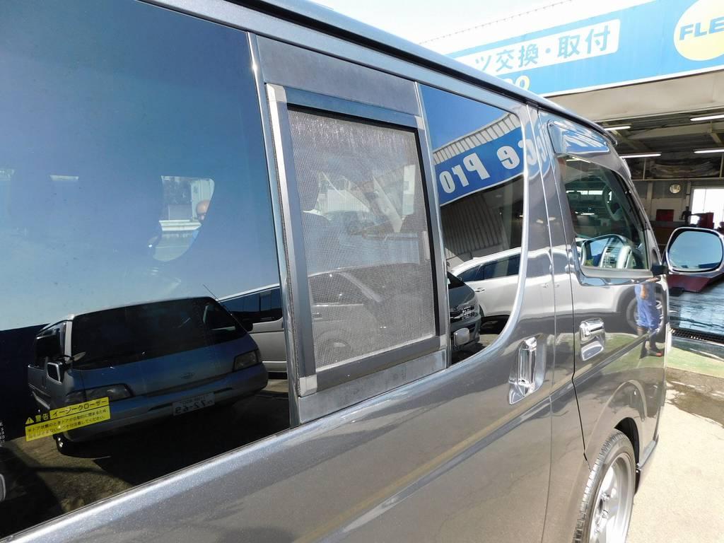 小窓にはうれしい網戸付き!以外に便利なんですよっ♪ | トヨタ レジアスエース 2.0 スーパーGL ロングボディ ガンメタカスタム