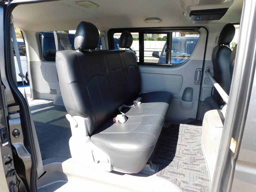 もちろん後席にも装着済み♪高級感が出るのと同時にお手入れも楽チンですよっ♪ | トヨタ レジアスエース 2.0 スーパーGL ロングボディ ガンメタカスタム