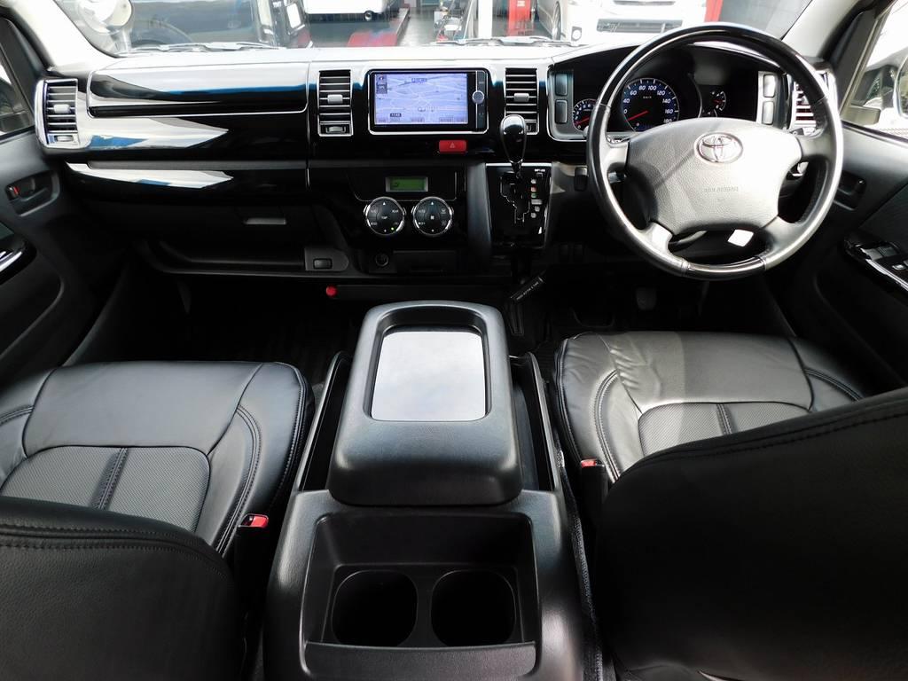室内は黒を基調として高級感もアップしてます!プライムセレクション専用装備のサイバーカーボンのステアリングとシフトノブもカッコいいですねっ♪ | トヨタ レジアスエース 2.0 スーパーGL プライムセレクション ロングボディ ライトカスタムパッケージ