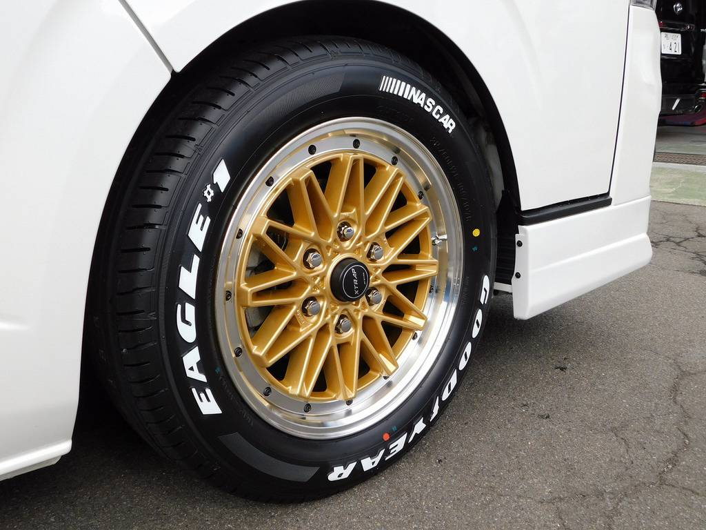 足元をキメるのはWORK製エクストラップ03HC・17インチ!タイヤはもちろんグッドイヤーのホワイトレターです!エクイップを彷彿とさせるデザインが良く似合います!!! | トヨタ レジアスエース 2.0 スーパーGL プライムセレクション ロングボディ ライトカスタムパッケージ