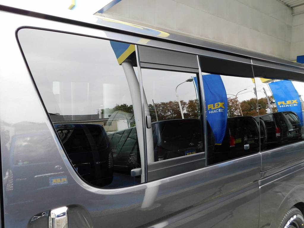 スライドドアには小窓付き!タバコを吸う方は必須の装備ですねっ♪ | トヨタ ハイエースバン 2.0 スーパーGL ロング 厳選仕入れ車