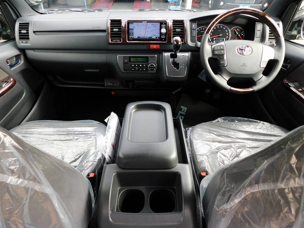 広々室内で高級感もあります!座面も高くて見晴らしもグッドですよっ♪   トヨタ ハイエースバン 2.0 スーパーGL 50TH アニバーサリー リミテッド ロングボディ ナビパッケージ車