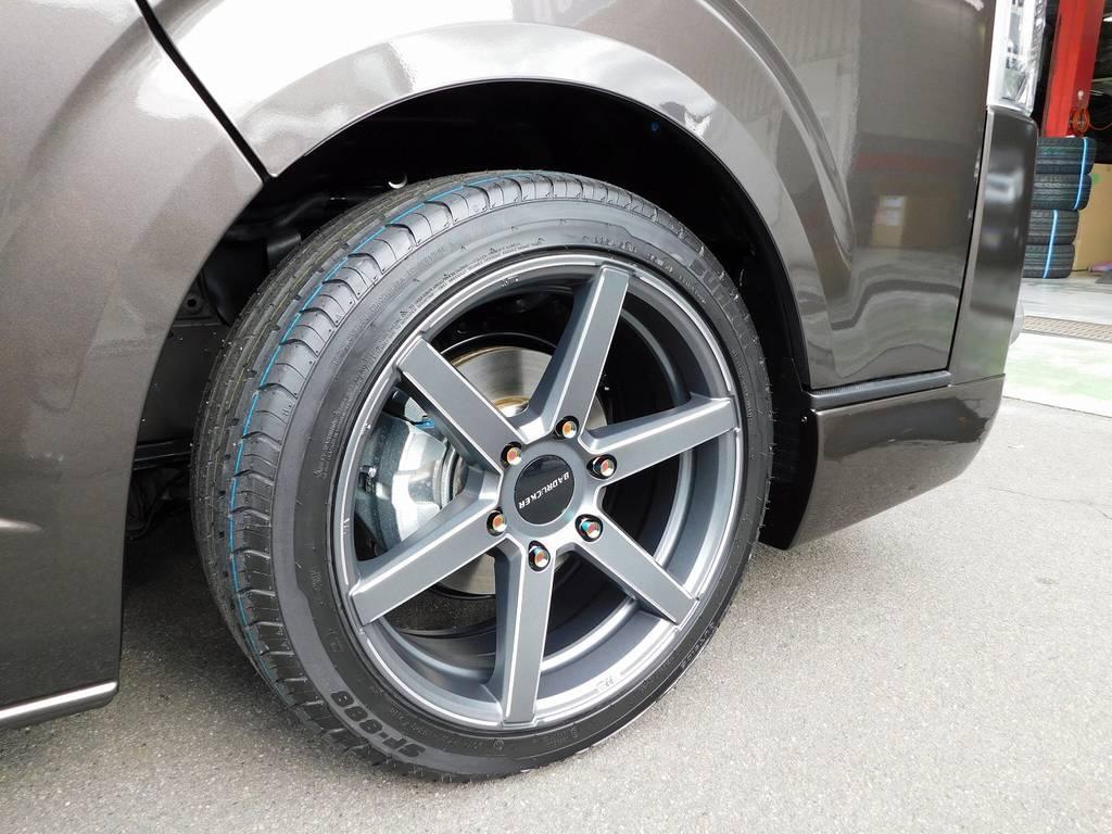 足元をキメるのは415コブラのSD-6・18インチを装着!!!6本スポークがスポーティでカッコいいですよっ!!!   トヨタ ハイエースバン 2.0 スーパーGL 50TH アニバーサリー リミテッド ロングボディ ナビパッケージ車