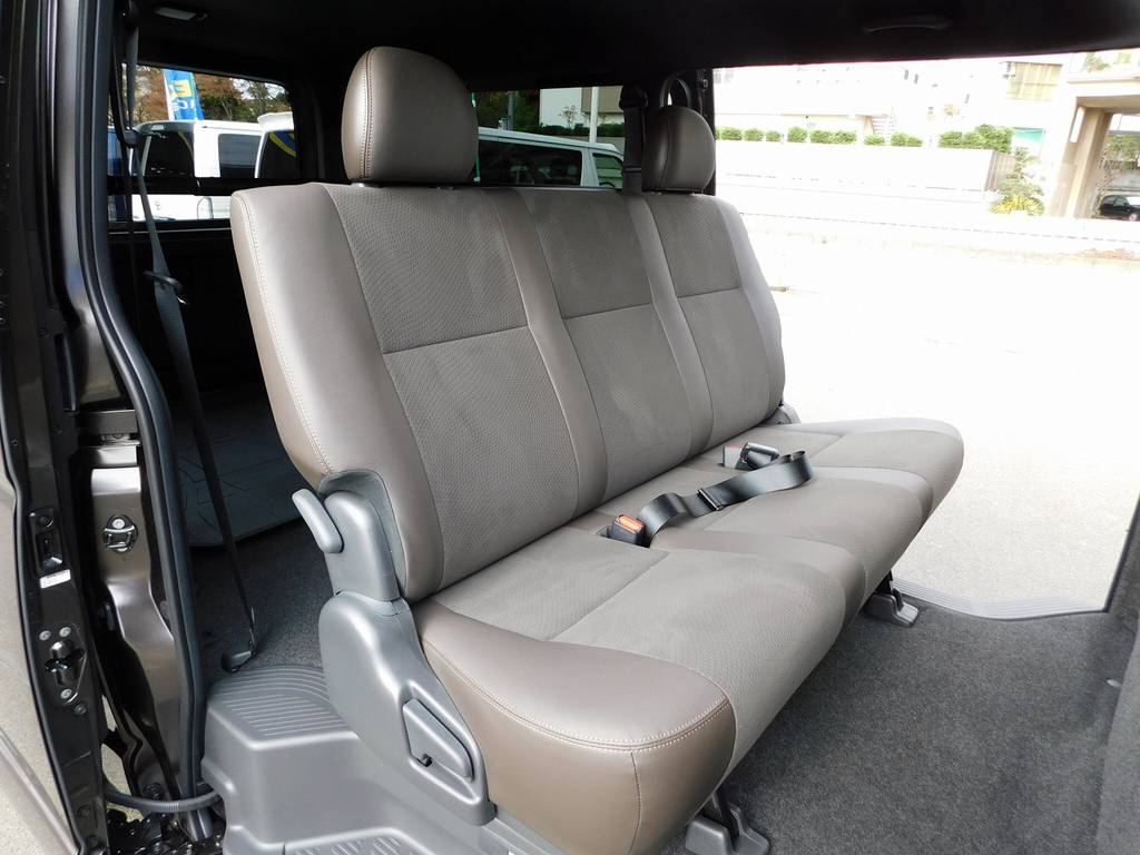 50TH車だけのダークブラウンシート!落ち着いた色合いが良いですねっ♪   トヨタ ハイエースバン 2.0 スーパーGL 50TH アニバーサリー リミテッド ロングボディ ナビパッケージ車