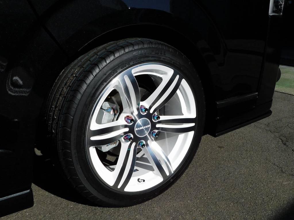 足元をキメるのはもちろん415コブラ製のバッドラッカーⅠ・18インチホワイトバージョン!ブラックボディに純白が似合いますねっ♪ | トヨタ ハイエースバン 2.0 スーパーGL ダークプライムⅡ ロングボディ 415コブラフルコンプリート車