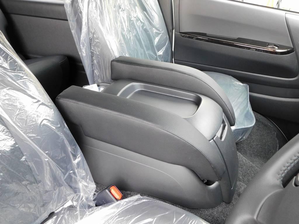 有るのと無いのでは大違いのアームレスト付き♪肘が置けるって素晴らしいですよっ♪ | トヨタ ハイエースバン 2.0 スーパーGL ダークプライムⅡ ロングボディ スタイリッシュカスタムパッケージ
