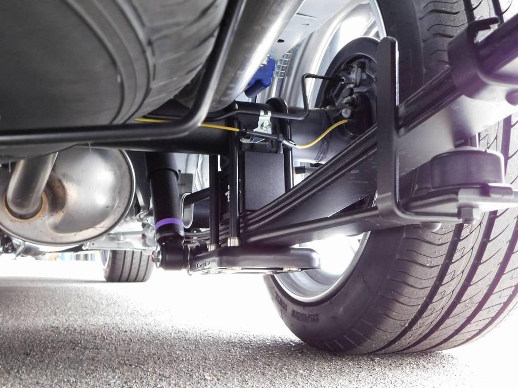 ローダウンは玄武製スーパーローダウンシステム3インチを装着!ダウンアシストブラケットで地上とのクリアランスもしっかり確保! | トヨタ ハイエースバン 2.0 スーパーGL ダークプライムⅡ ロングボディ スタイリッシュカスタムパッケージ