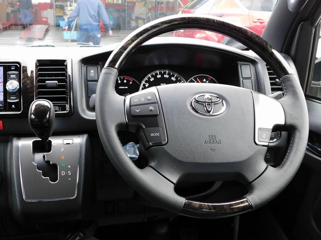 ステアリングとシフトノブは専用のマホガニー調コンビになっております!こちらも高級感があって良いですねっ♪ | トヨタ ハイエースバン 2.0 スーパーGL ダークプライムⅡ ロングボディ スタイリッシュカスタムパッケージ
