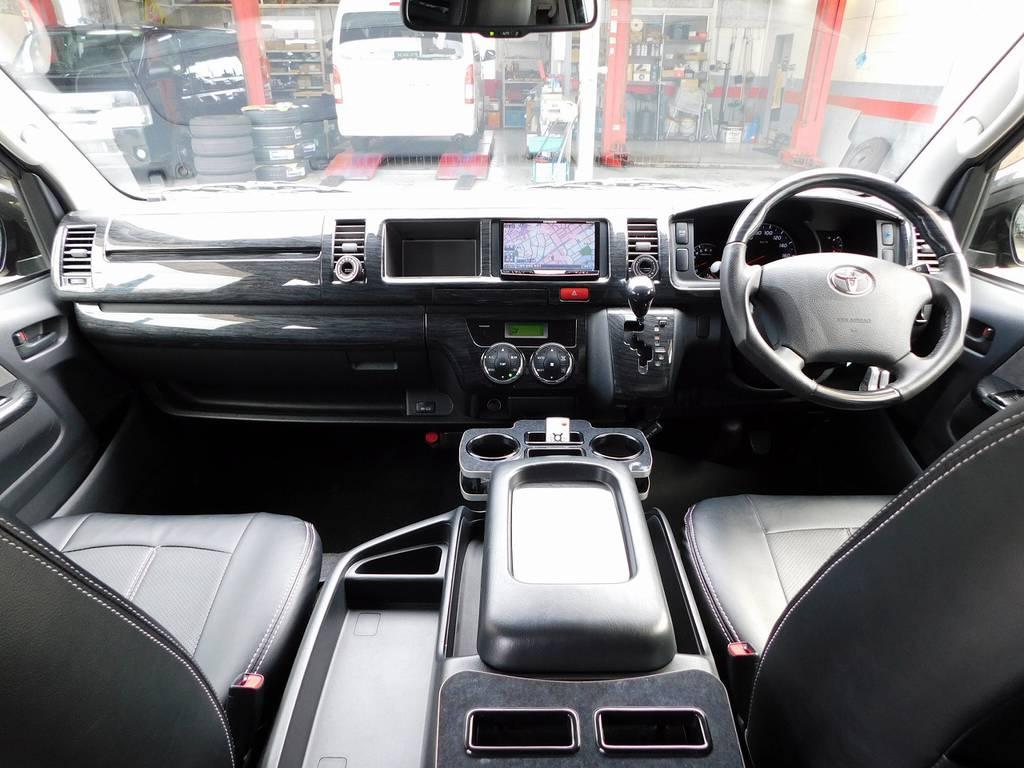 広々室内はロングドライブでも楽チンです!黒木目調のパネルで高級感もありますよっ♪ | トヨタ ハイエース 2.7 GL ロング ミドルルーフ 漆黒の3型ワゴンカスタム