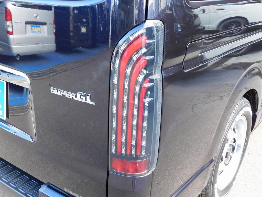 テールももちろんLEDに交換済み!レッドバーが目を引く人気のテールですよっ♪ | トヨタ ハイエースバン 2.8 スーパーGL ダークプライムⅡ ロングボディ ディーゼルターボ ライトカスタムパッケージ