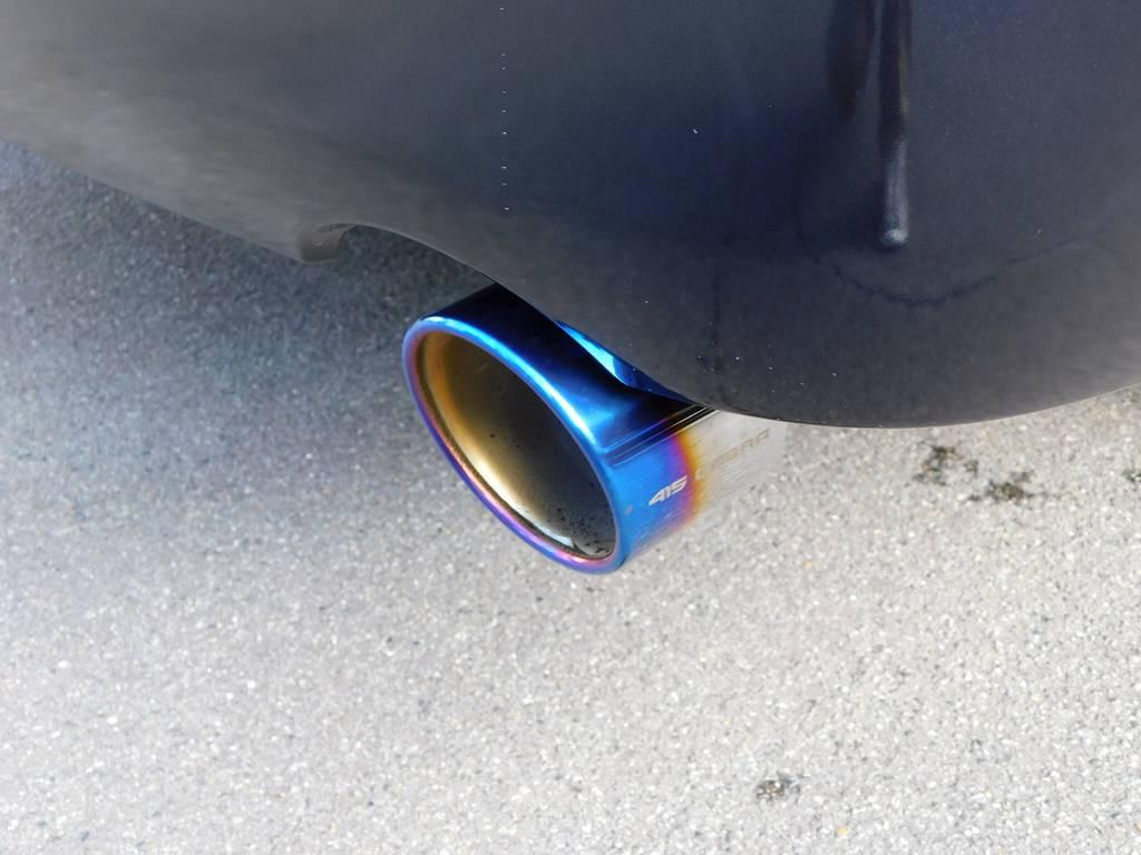 マフラーカッターは415コブラのヒートルージュマフラーカッターを装着♪チタンの灼け色が美しいですねっ! | トヨタ ハイエースバン 2.8 スーパーGL ダークプライムⅡ ロングボディ ディーゼルターボ ライトカスタムパッケージ