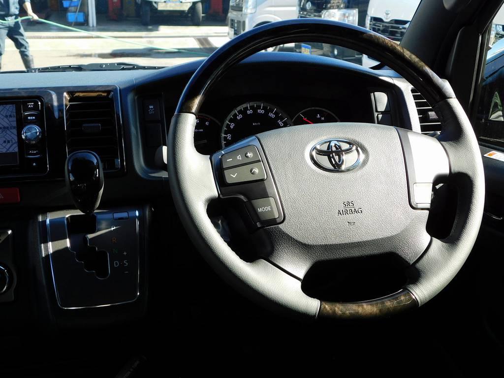 ステアリングとシフトノブはダークプライムⅡ専用のマホガニー調ウッドコンビに換装されて高級感アップしてますねっ! | トヨタ ハイエースバン 2.8 スーパーGL ダークプライムⅡ ロングボディ ディーゼルターボ ライトカスタムパッケージ