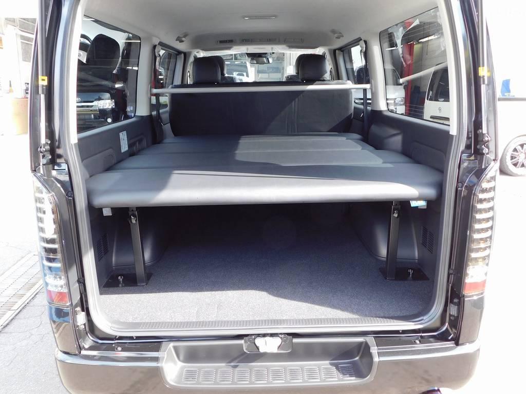 フレックスオリジナルベッドキットを装着♪天板の厚みもありゆったりと寝る事が出来ますよぉ♪セカンドシートを倒せば足を伸ばしてくつろげます! | トヨタ ハイエースバン 2.0 スーパーGL ロング ベッドキットパッケージ