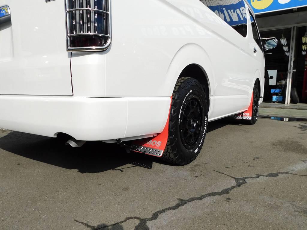 ジャオス製のマッドフラップで泥はね飛び石をガード!ホワイトボディに赤のフラップが似合いますねっ♪ | トヨタ ハイエース 2.7 GL ロング ミドルルーフ 4WD アドベンチャーカスタム