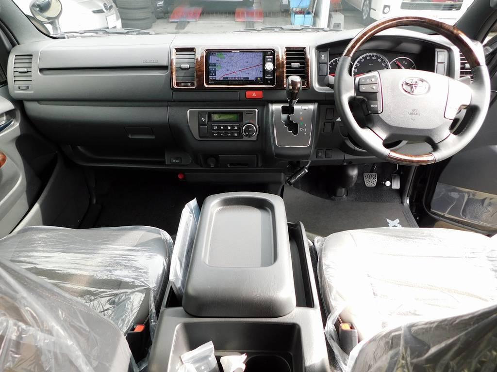 広々室内はロングドライブ楽チンです!座面も高くて見晴らしもグッドですよっ♪専用のマホガニー調パネルで高級感もありますねっ♪ | トヨタ ハイエースバン 2.0 スーパーGL 50TH アニバーサリー リミテッド ロングボディ ベッドキットパッケージ車
