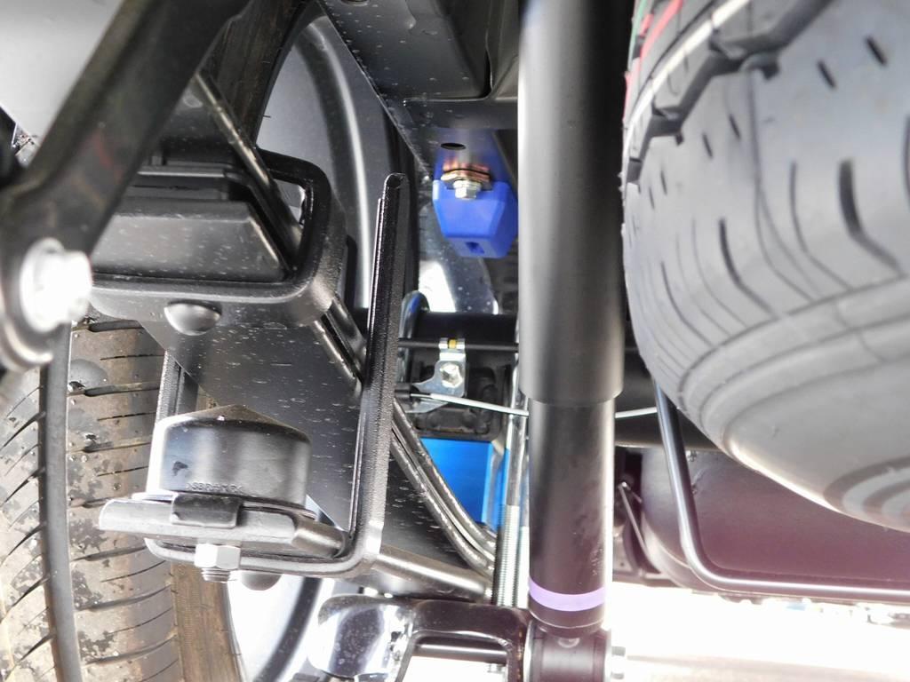 ブロックキットは2インチを採用!約5cmのローダウンで見た目もグッドです!もちろん前後バンプストッパーも交換済みですよっ♪ | トヨタ ハイエースバン 2.0 スーパーGL 50TH アニバーサリー リミテッド ロングボディ ベッドキットパッケージ車