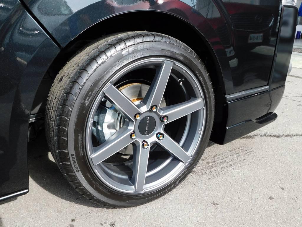 足元をキメるのは415コブラ製のバッドラッカーSD6・18インチアルミホイールです!マットグレーが漆黒のボディと良く似合います♪ | トヨタ ハイエースバン 2.0 スーパーGL 50TH アニバーサリー リミテッド ロングボディ ベッドキットパッケージ車