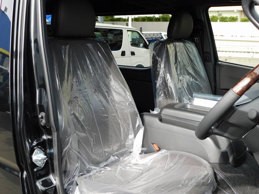 専用のハーフレザーシートは通常モデルとは違う優越感がありますよっ♪ | トヨタ ハイエースバン 2.0 スーパーGL 50TH アニバーサリー リミテッド ロングボディ ベッドキットパッケージ車