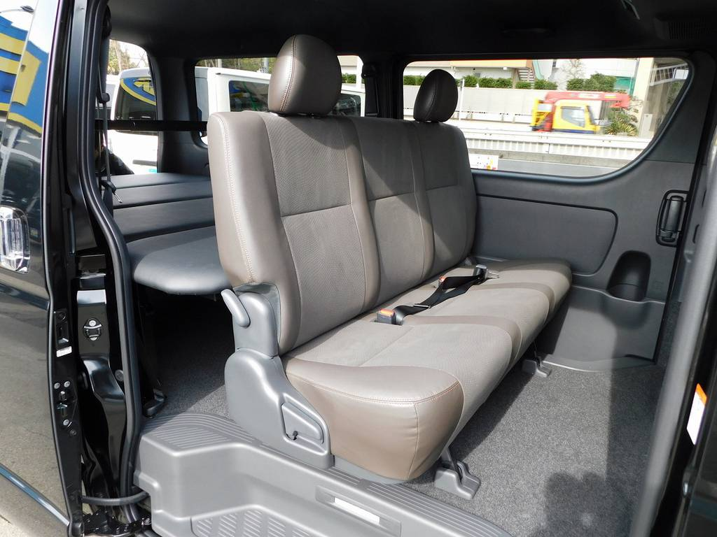 ブラウンのハーフレザーシートはは高級感がありますねっ♪ | トヨタ ハイエースバン 2.0 スーパーGL 50TH アニバーサリー リミテッド ロングボディ ベッドキットパッケージ車