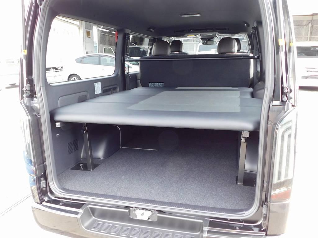 フレックスオリジナルのベッドキットは天板の厚みも充分にあり寝心地もグッドです!荷物も積めて人も寝れるなんてさすがハイエースですねっ♪ | トヨタ ハイエースバン 2.0 スーパーGL 50TH アニバーサリー リミテッド ロングボディ ベッドキットパッケージ車