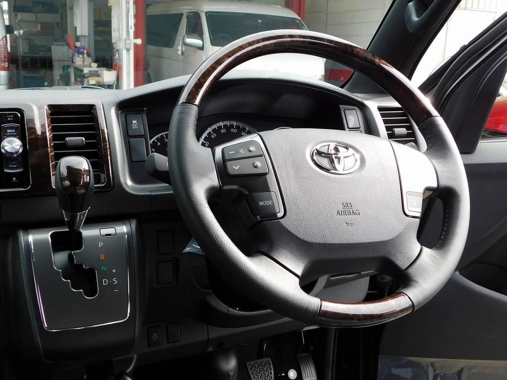 専用装備のウッドコンビステアリングとシフトノブ!上質な室内に仕立てられておりますねっ♪ | トヨタ ハイエースバン 2.0 スーパーGL 50TH アニバーサリー リミテッド ロングボディ ベッドキットパッケージ車