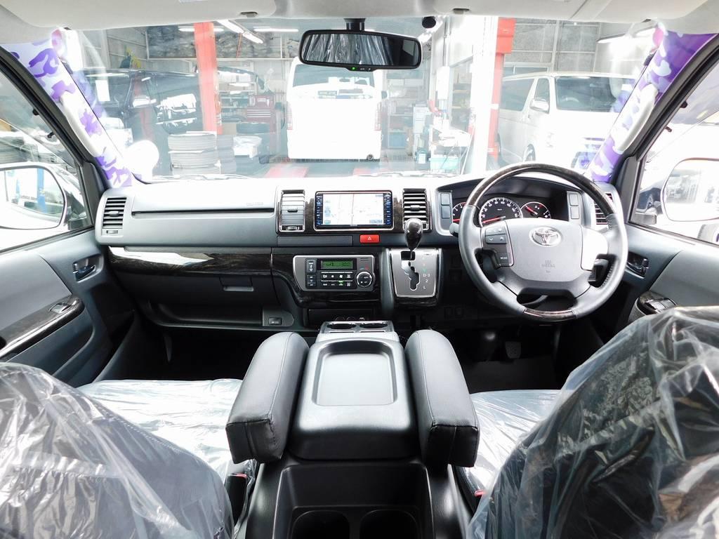 広々室内はロングドライブも快適です!座面も高くて見晴らしもグッドです!何気にひじ掛けも便利ですよぉ♪ | トヨタ ハイエースバン 3.0 スーパーGL  ダークプライム ロングボディ ディーゼルターボ ESSEXフルエアロ仕様