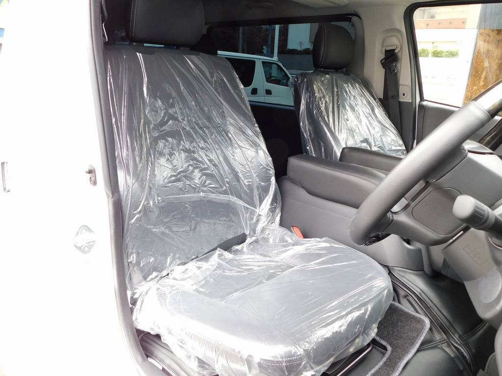フロントシートは新車時のビニールが掛かったままの状態です!新車時にシートを交換されていましたのでオーナー様曰く座ったのは2時間ぐらいだそうです!!! | トヨタ ハイエースバン 3.0 スーパーGL  ダークプライム ロングボディ ディーゼルターボ ESSEXフルエアロ仕様