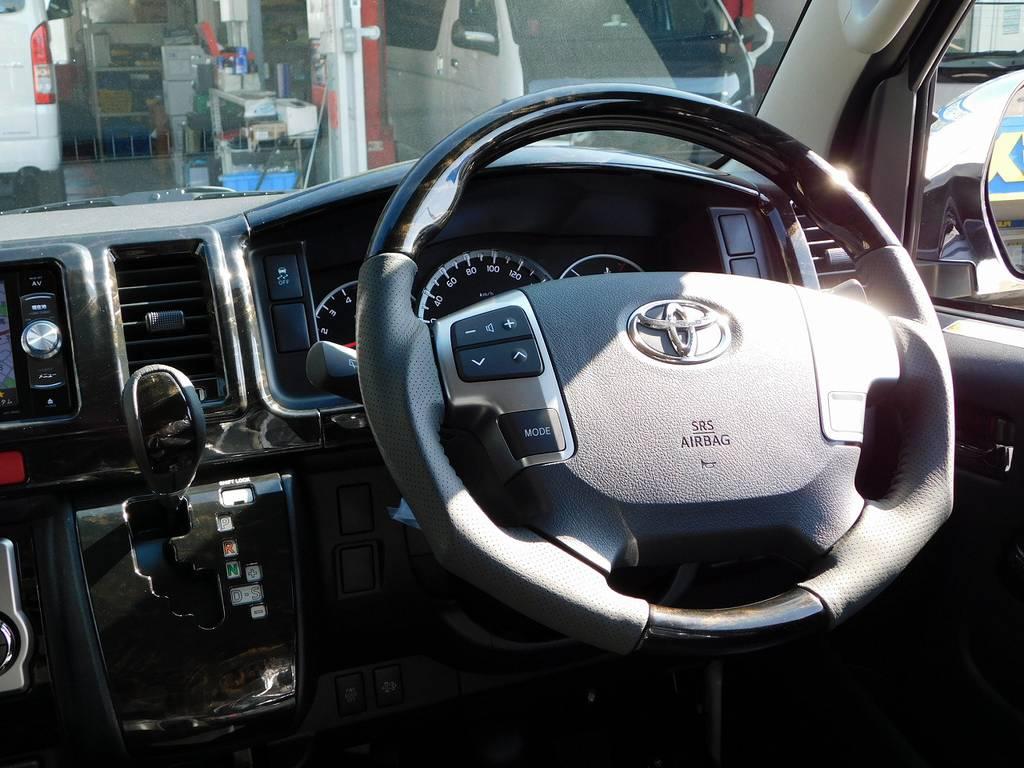 ステアリングとシフトノブはマホガニー調ウッドコンビに換装されております!高級感が全然違いますねっ♪ | トヨタ ハイエースバン 2.8 スーパーGL ロング ディーゼルターボ ドラレコパッケージ車