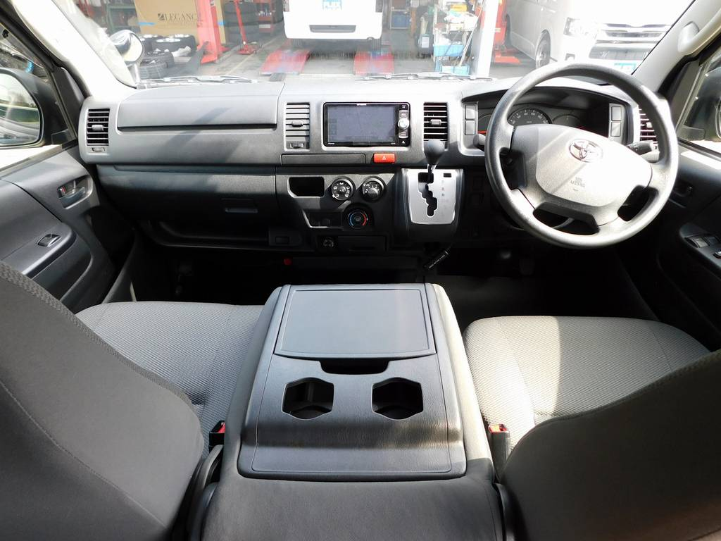 広々室内はハイエースの魅力!前に3人乗車可能!内装もキレイな状態ですよっ♪ | トヨタ ハイエースバン 3.0 DX ロング ジャストロー GLパッケージ ディーゼルターボ ナビパッケージ車