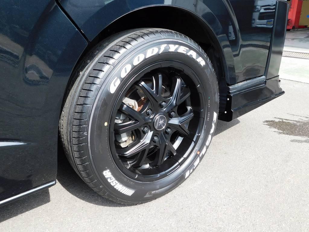 足元をキメるのはブラックダイヤモンド17インチアルミとグッドイヤーナスカーホワイトレタータイヤ♪新品装着ですのでタイヤの溝もバリ山です!!! | トヨタ ハイエースバン 3.0 DX ロング ジャストロー GLパッケージ ディーゼルターボ ナビパッケージ車